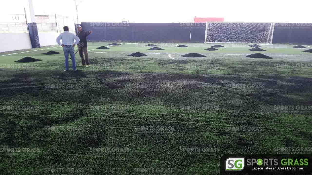 Mantenimiento en ejecución cancha de fútbol 7 Juan Carlos Cacho ex jugador profesional 07